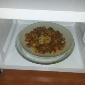 Hvordan varme maten i microbølgeovn
