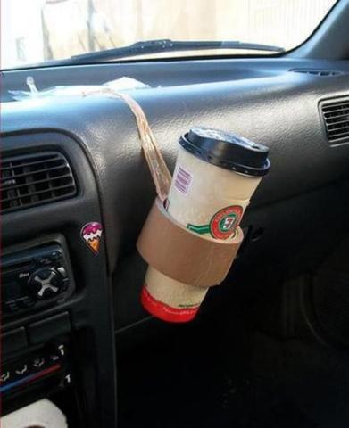 Ja, teip kan brukes til så mangt. Koppholder i bilen er kjekt å ha, men det er ikke alle som har det. Her har noen vært kreativ med en teiprull.