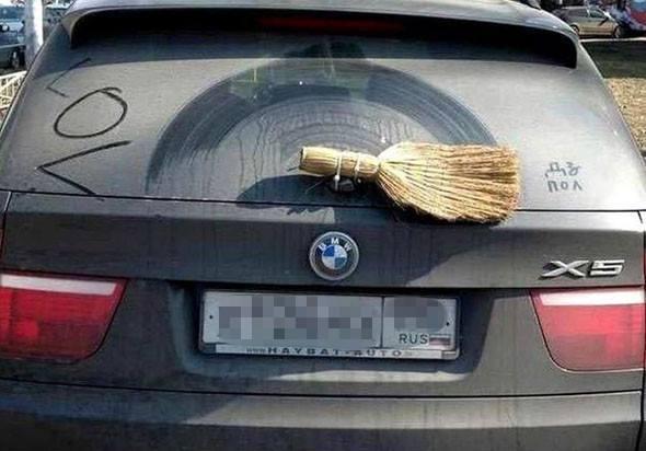 I disse tider er det viktig med rene vinduer og da er det viktig at man har etterfylt med spylervæske: https://selvfiks.net/index.php/bil-og-motor/119/hvordan-fylle-pa-spylervaeske  Men vindusviskere er like viktige. Vær så snill å ikke gjør som denne karen, det er ikke noe særlig selvfiks å bruke en kost som vindusvisker. Har du råd til en BMW X5, så bør du ta deg råd til nye vindusviskere også